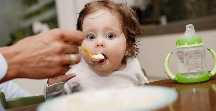 روش های صحیح غذا دادن به کودک + قصه شب