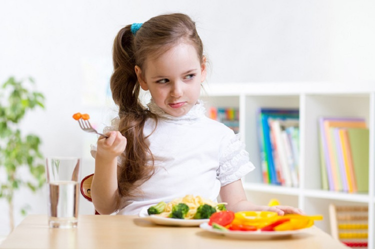 روش صحیح غذا دادن به کودکان + قصه شب