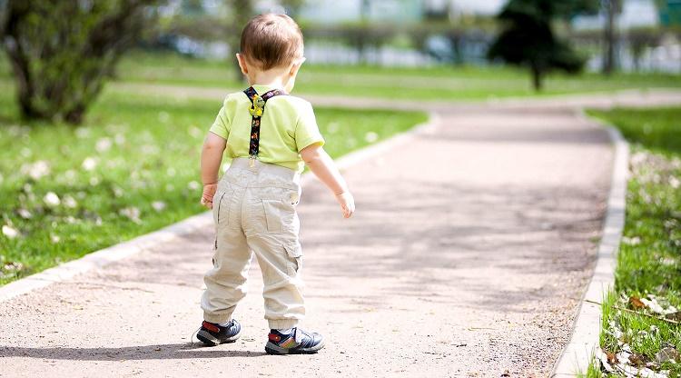 سن راه رفتن کودک + قصه شب