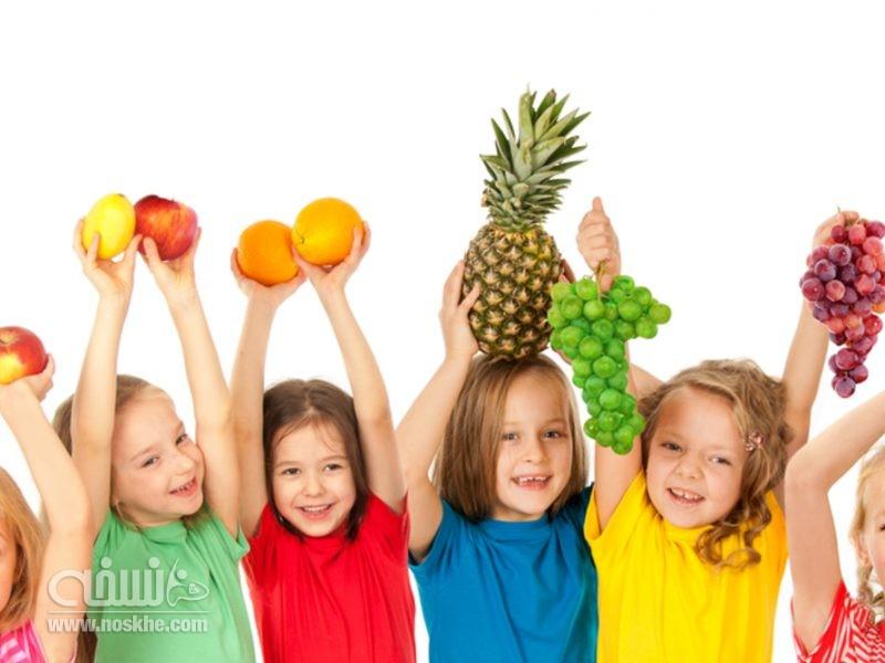 میوه خوردن کودک