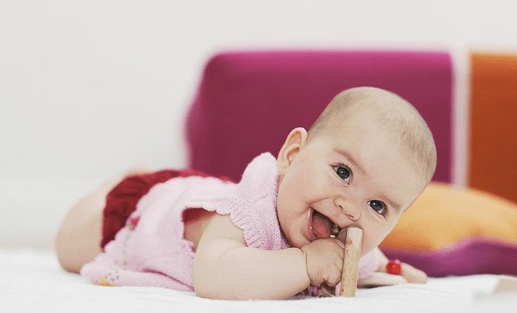 سینه خیز رفتن کودک و روش های برخورد با آن